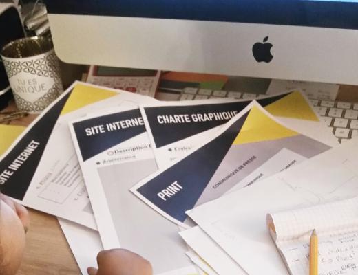 bébé devant un ordinateur et un dossier de projet web design