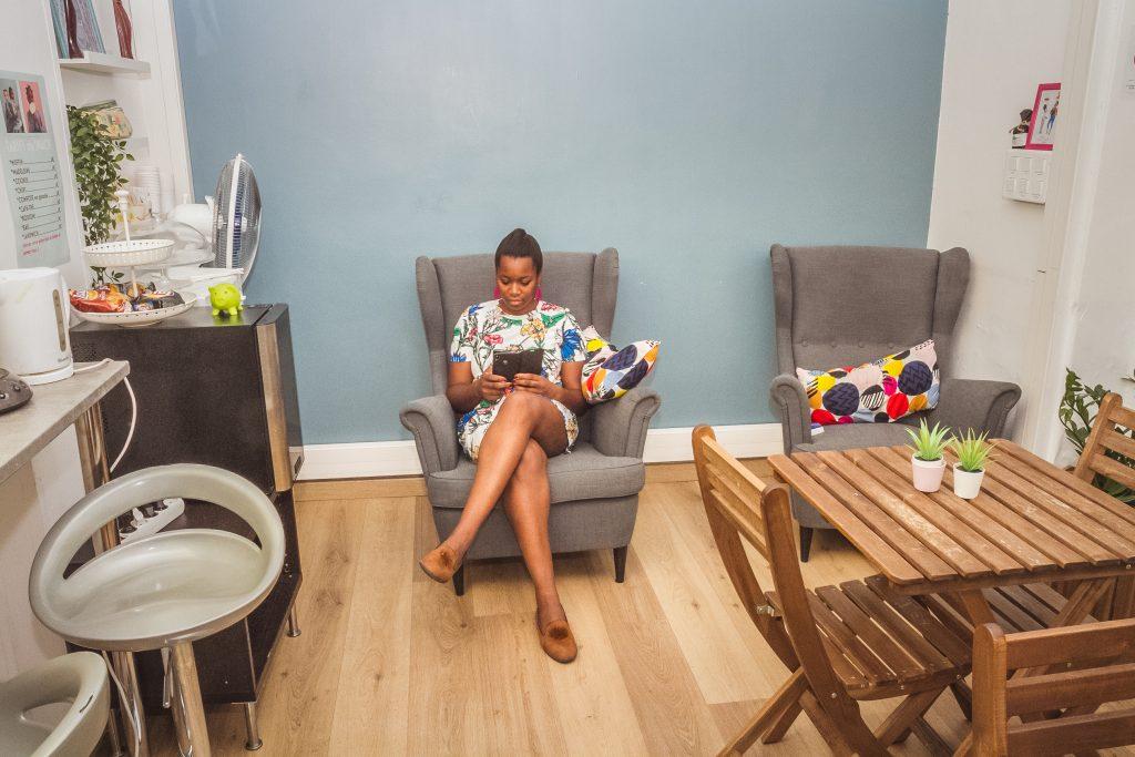 Maman attendant son enfant dans salon de coiffure