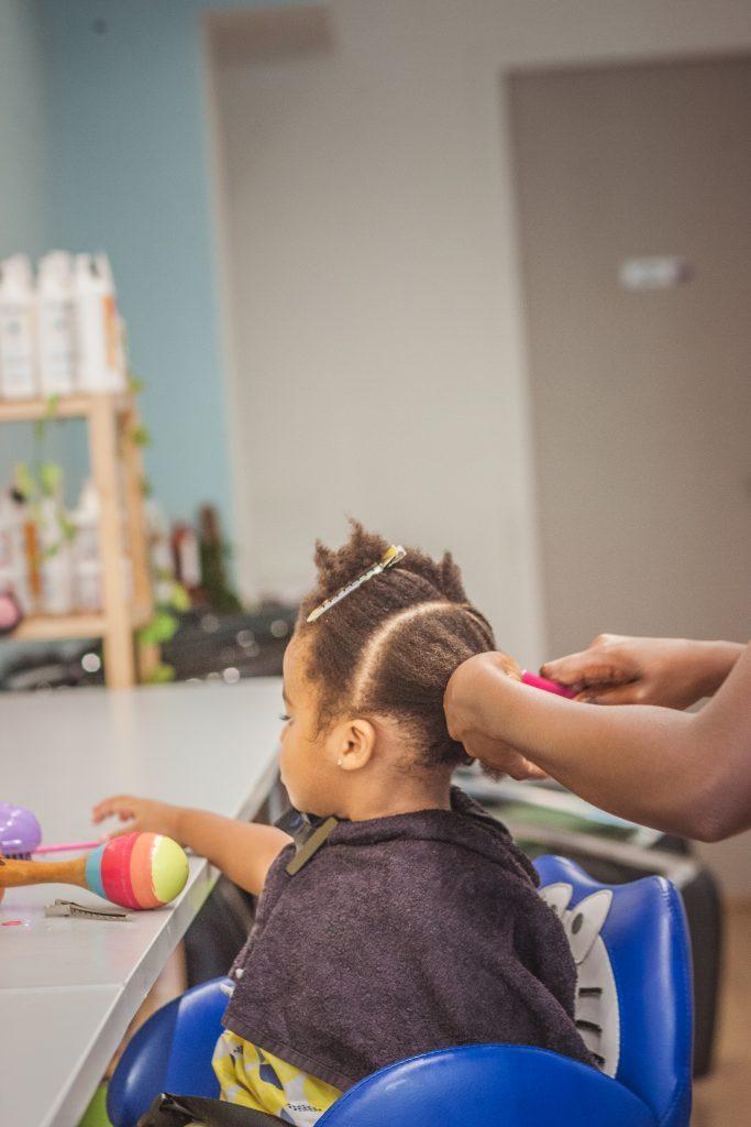 Enfant noir se faisant coiffer