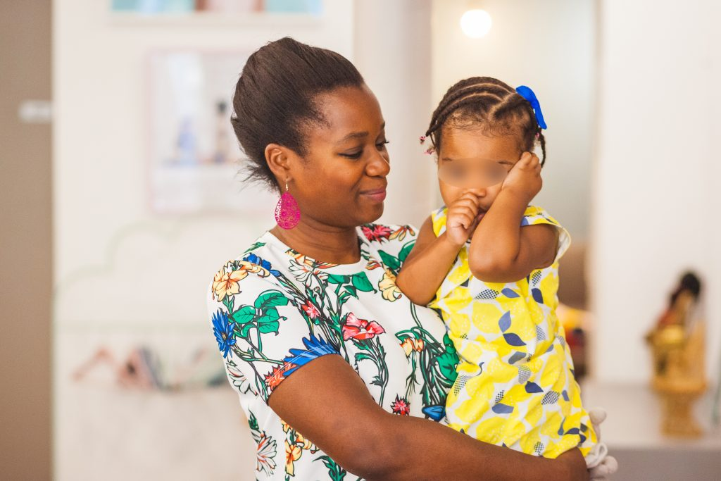 Hoji : Maman et fille dans un salon de coiffure multi-ethnique
