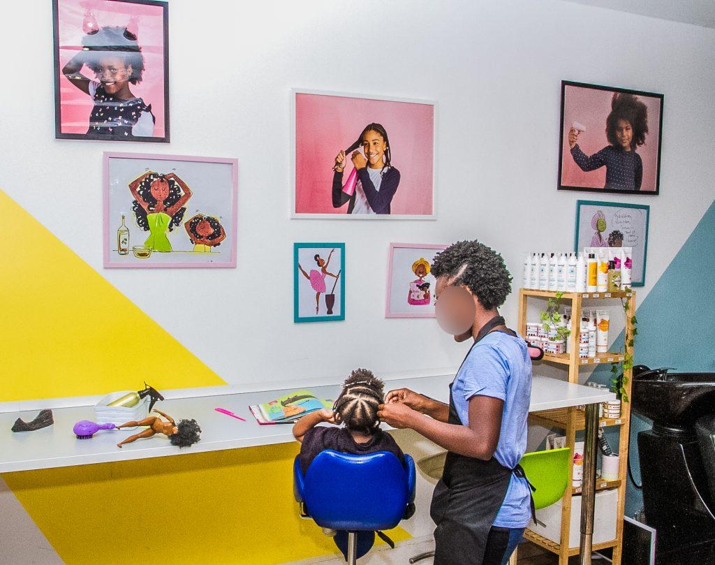 Enfant aux cheveux afros se faisant coiffer